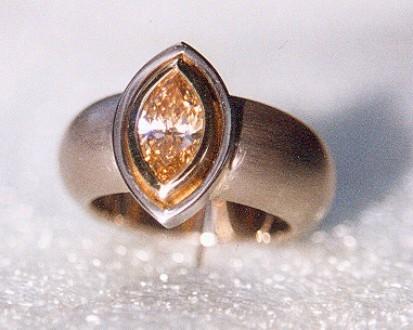 Weisgoldring mit braunem Navette-Diament
